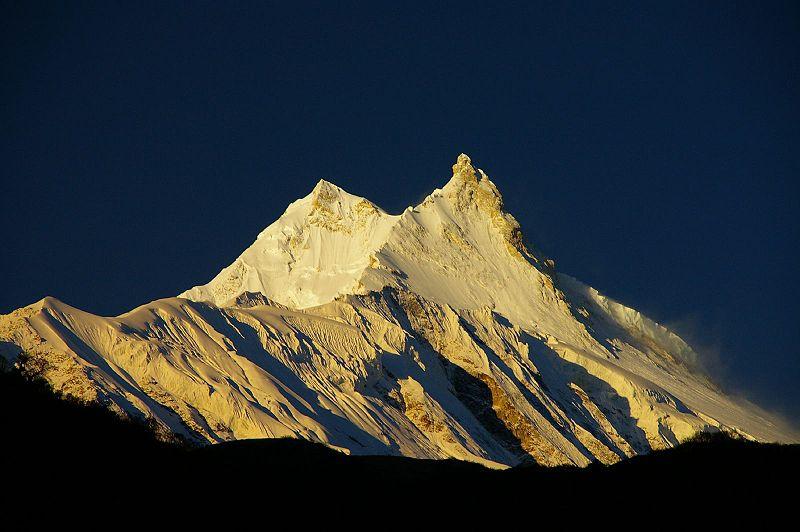 Sólin rís á Manaslu í Nepal, áttunda hæsta fjalli heims.