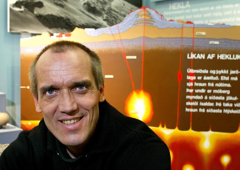 Dr. Ármann Höskuldsson jarðfræðingur skrásetur nú ummerki skriðufallsins við Öskjuvatn.