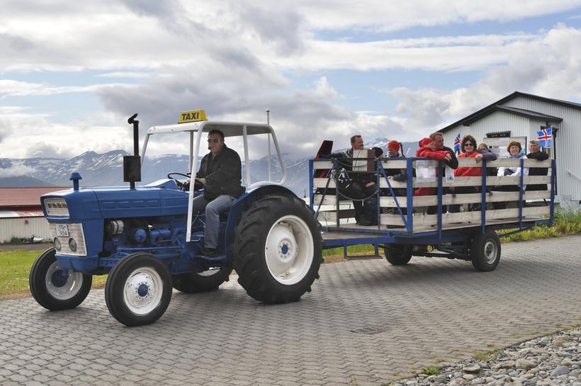 Hægt er að fara í skoðunarferð um eyjuna á traktor.