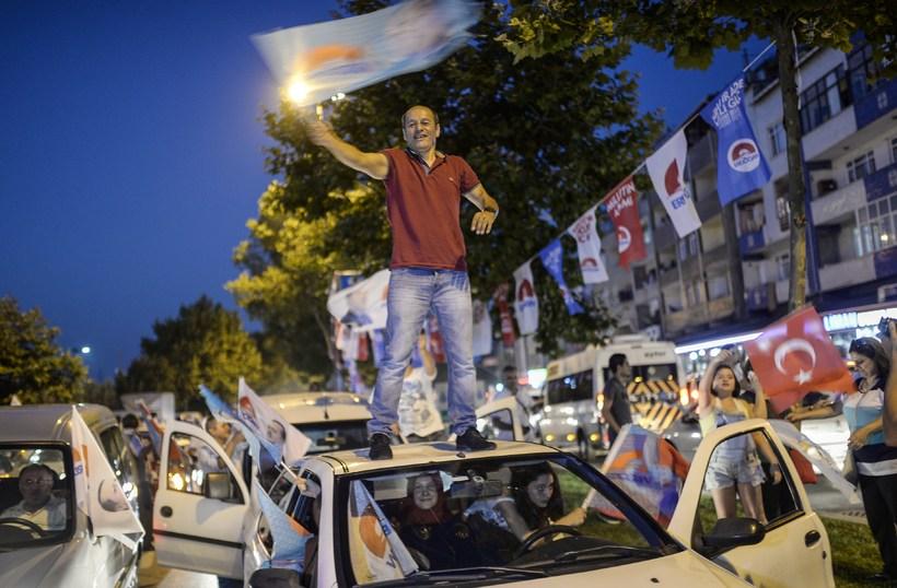 Stuðningsmenn Erdogan fagna á götum úti.