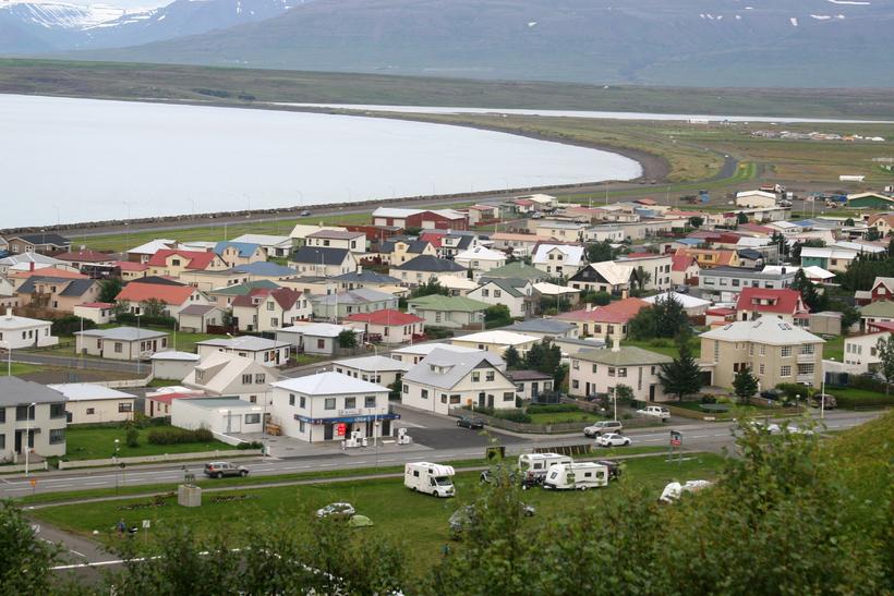 Tveir bílar skullu saman á Aðalgötu á Sauðárkróki.