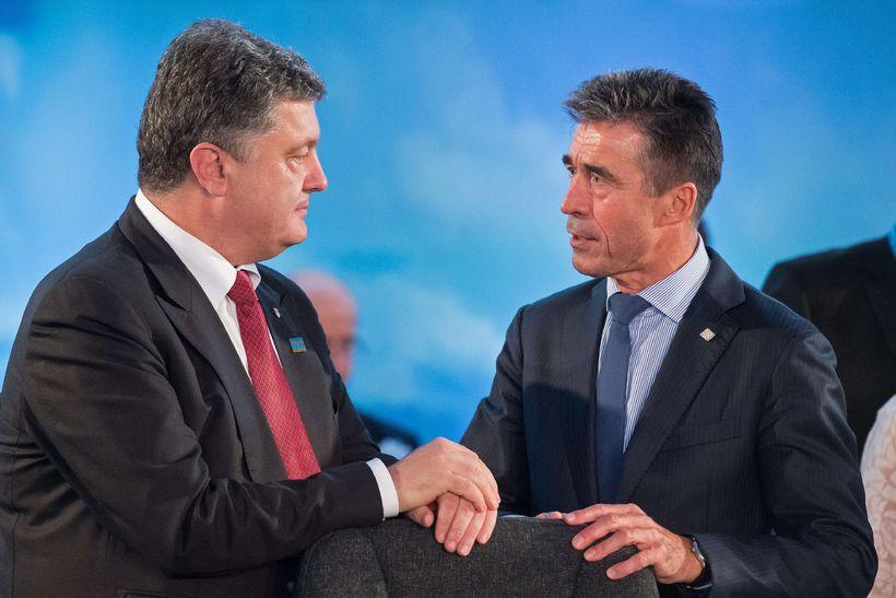 Anders Fogh Rasmussen, framkvæmdastjóri Nató, ræðir við Petro Poroshenko, forseta ...