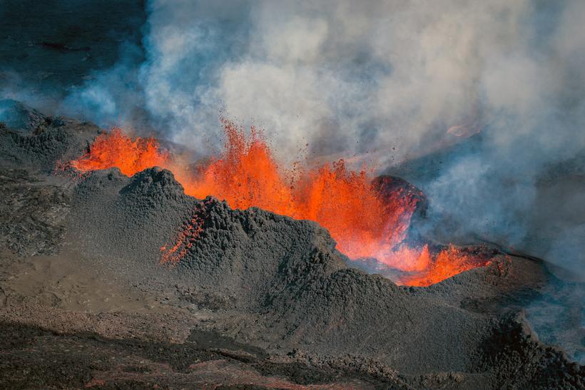 Magma erupting at Holuhraun in 2014.