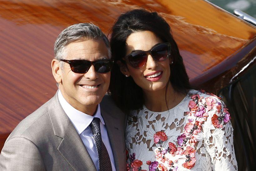 George Clooney Amal Alamuddin brostu blítt til ljósmyndara í dag.