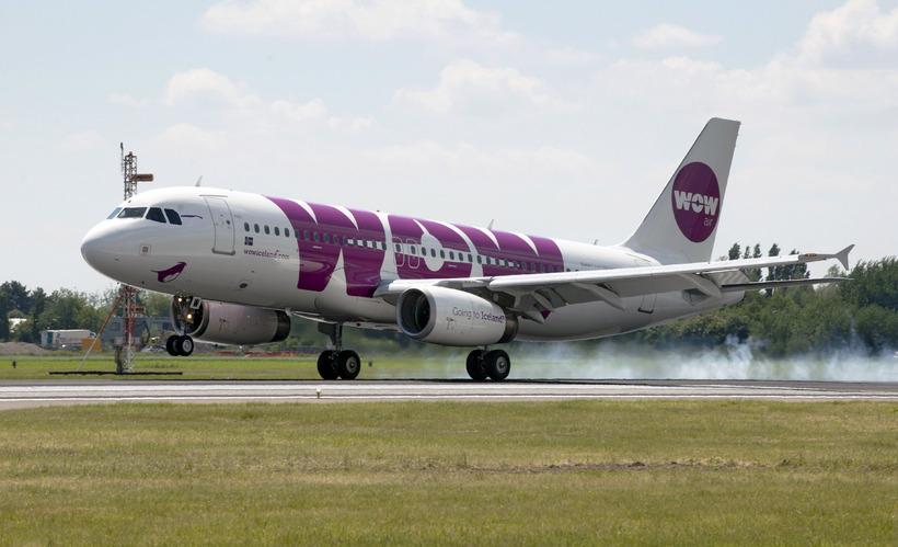 Töskugjald WOW Air hefur mælst illa fyrir.