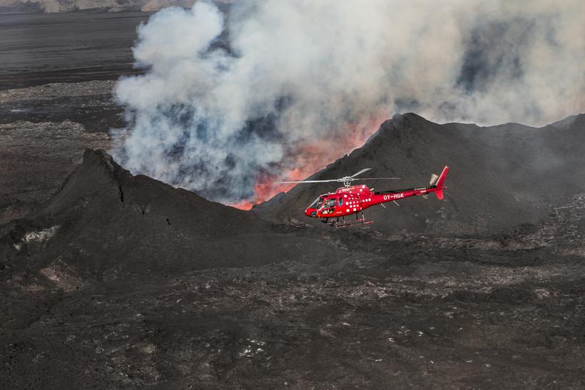 Þyrla frá Norðurflugi flýgur yfir gosstöðvarnar í Holuhrauni.