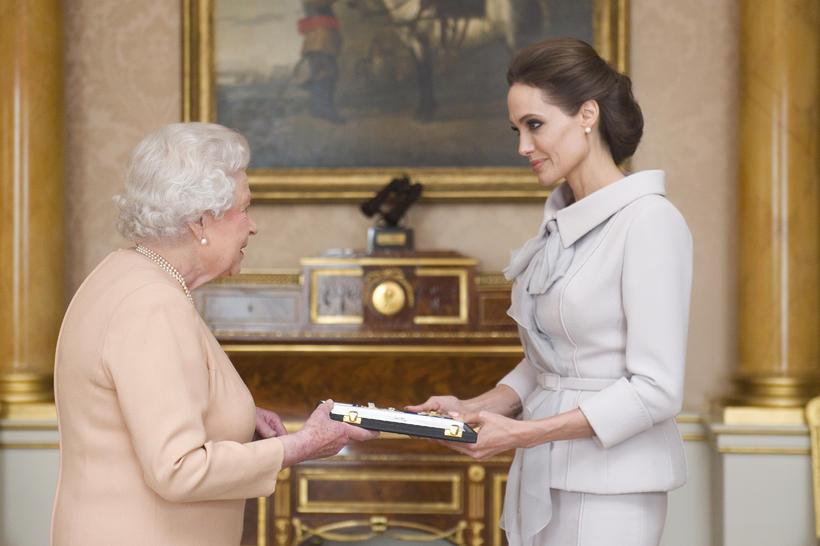 Angelina Jolie klæddist kvenlegri dragt þegar hún hitti Elísabetu Bretadrottningu.
