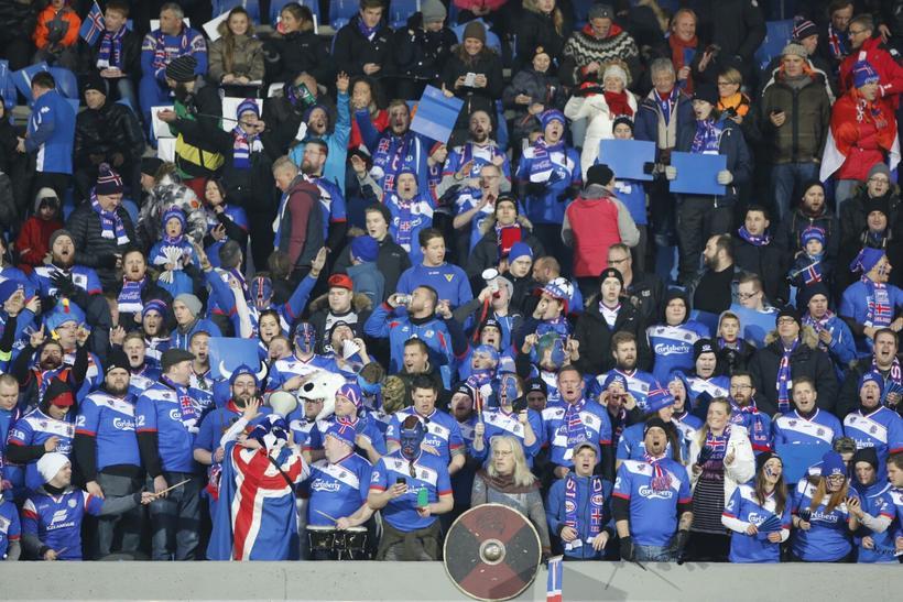 Stuðningsmenn Íslands héldu áfram að fagna lengi eftir að leik ...