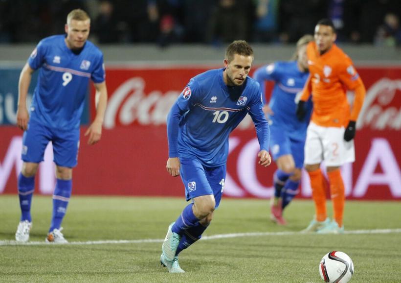 Gylfi Sigurðsson tekur vítaspyrnuna sem íslenska liðinu yfir, 1:0, á ...