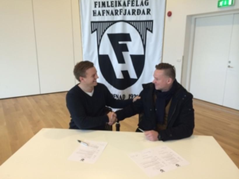 Heimir Guðjónsson og Birgir Jóhannsson framkvæmdastjóri knattspyrnudeildar FH handsala samninginn.