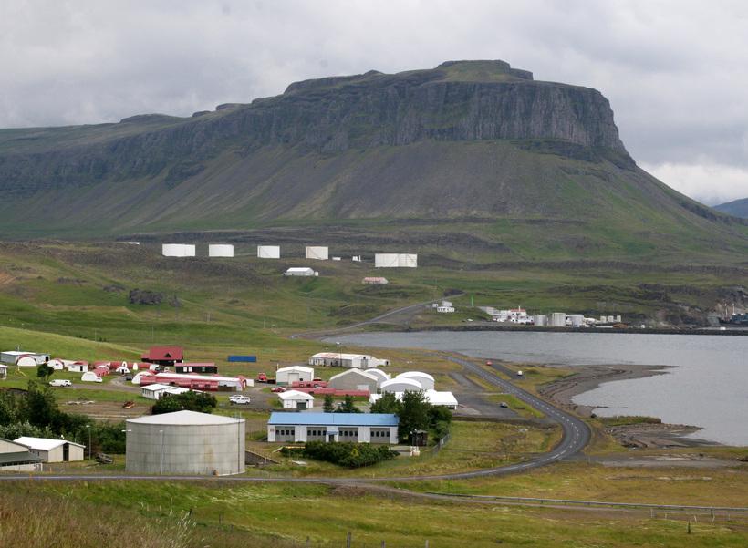 Fjallið Þyrill gnæfir yfir fjörðinn formfagur og tilkomumikill.