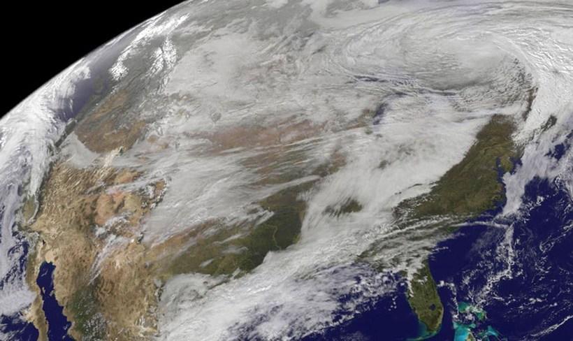 Gervihnattamynd NASA sem sýndir lægðina sem færði vetrarveður yfir stóran ...