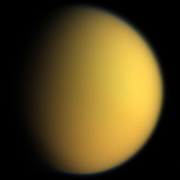 Mynd Cassini af Títan árið 2005. Yfirborð tunglsins sést ekki ...