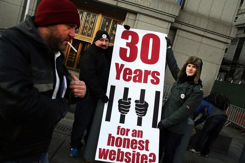 Stuðningsmenn Ross Ulbricht fyrir utan réttarsalinn í New York