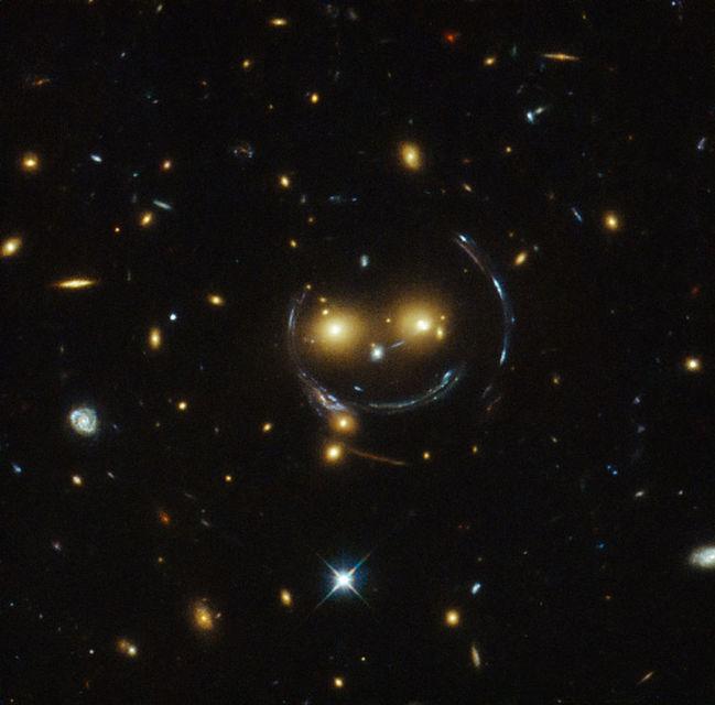 Vetrarbrautirnar virðast brosa við Hubble-sjónaukanum.