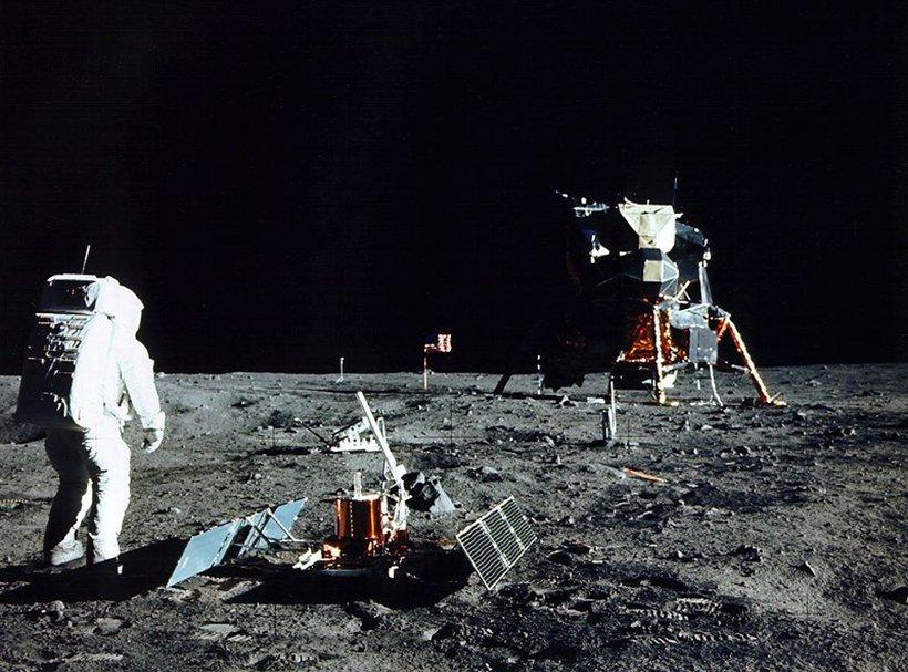 Buzz Aldrin að störfum á tunglinu í júlí 1969 þegar ...