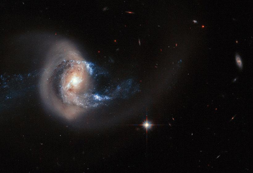 NGC 7714 er þyrilvetrarbraut í um 100 milljón ljósára fjarlægð ...