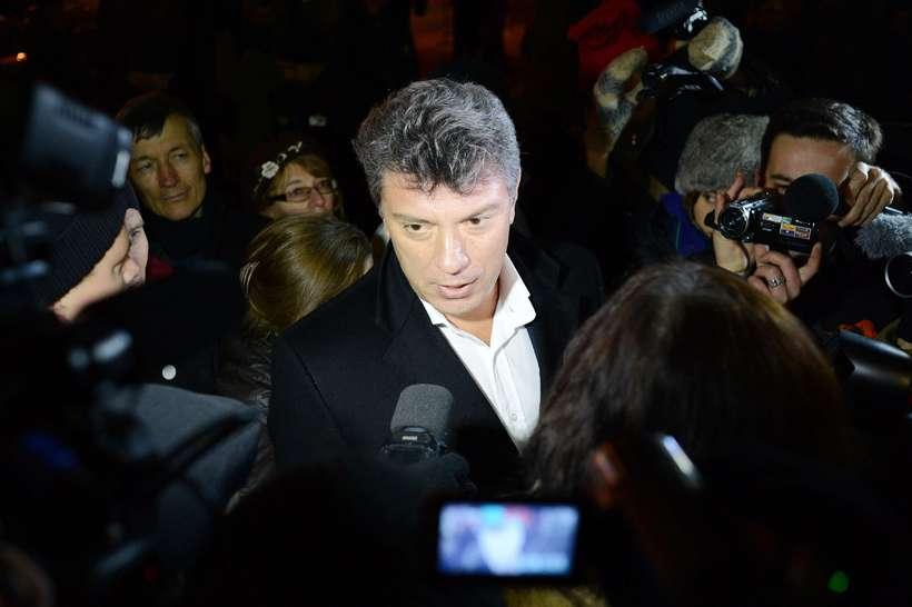 Boris Nemtsov ræðir við fréttamenn á mótmælum árið 2012.