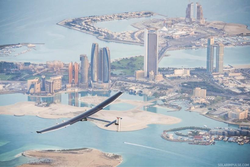 Vélin í fyrsta tilraunafluginu yfir Abu Dhabi.
