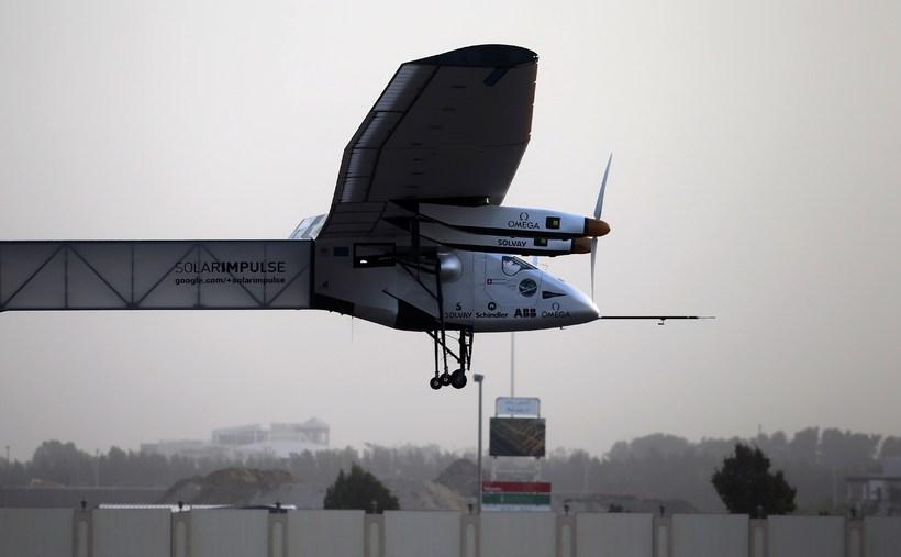 Solar Impulse 2 hélt af stað í nótt