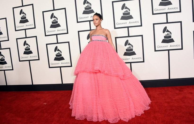 Rihanna í miklum bleikum kjól frá Giambattista Valli á Grammy-verðlaunahátíðinni ...