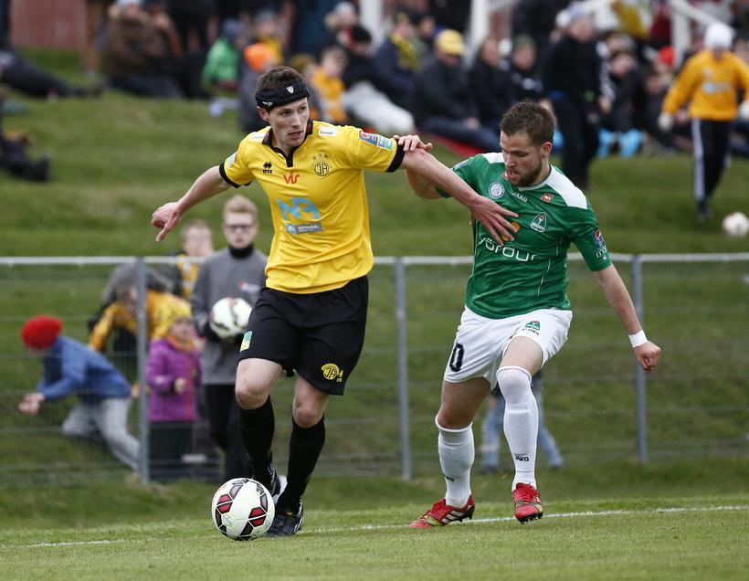 Darren Lough og Guðjón Pétur Lýðsson eigast við í leiknum ...