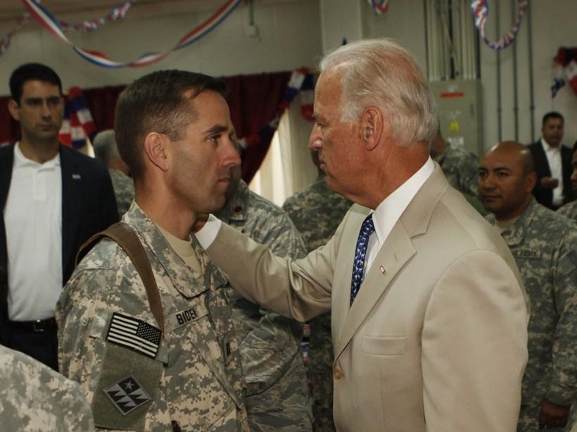 Beau og Joe Biden ræðast við rétt utan við Baghdad …