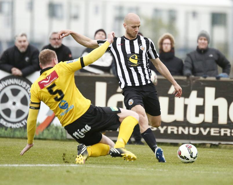 Gunnar Gunnarsson, KR, með fyrirgjöf en Ármann Smári Björnsson fyrirliði ...