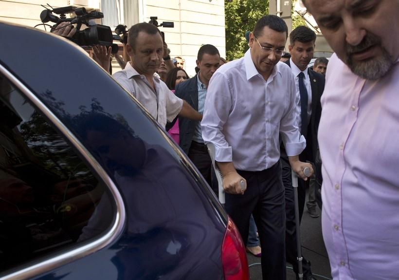 Victor Ponta sést hér yfirgefa skrifstofu ríkissaksóknara í morgun.