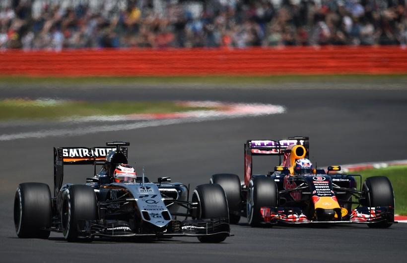 Nico Hülkenberg (t.v.) í keppni við Daniel Ricciardo á Red ...