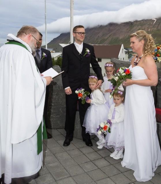Dæturnar tóku að sér að vera brúðarmeyjar.