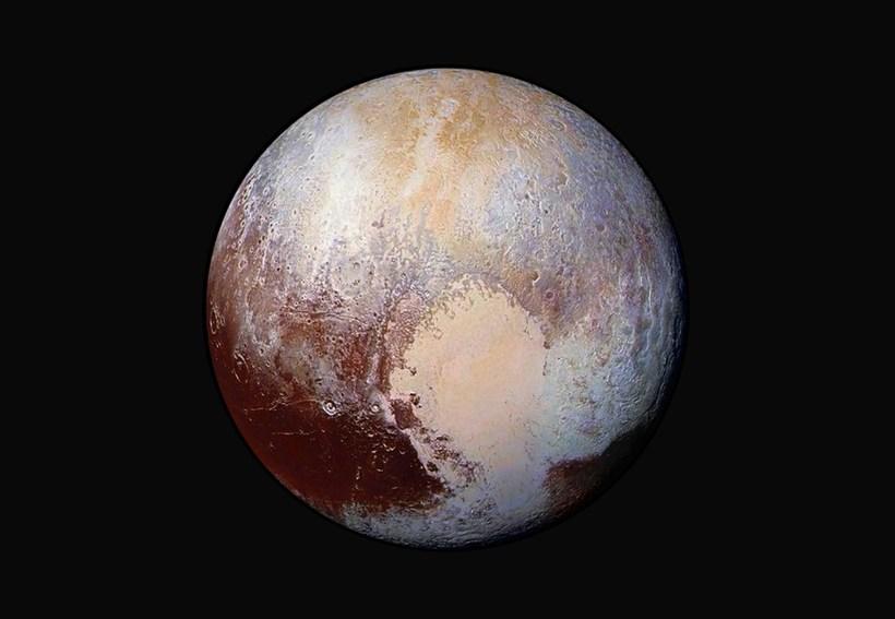 Plútó eins og hann kom fyrir sjónir New Horizons. Spútniksléttan ...