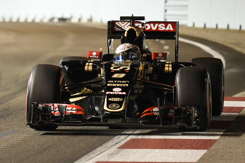 Romain Grosjean á Lotusbílnum í tímatökunni í Singapúr.