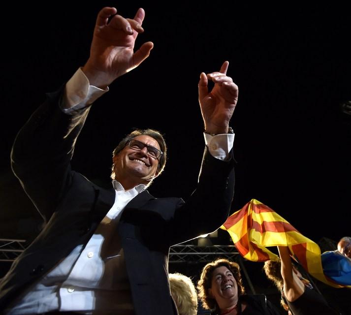 Artur Mas fagnar með stuðningsmönnum sínum í Barselóna.