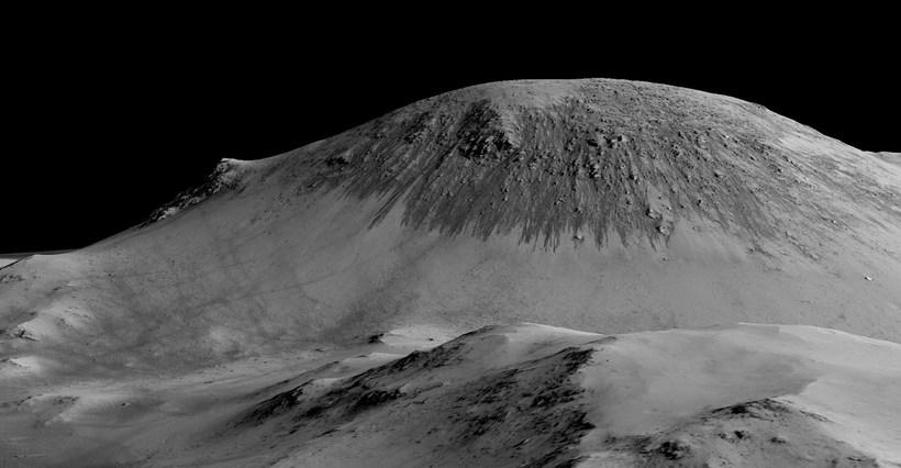 Dökkar rákir í hlíðum Horowitz-gígsins á Mars eru sagðar myndaðar ...