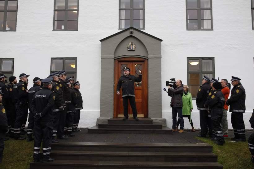 Jóhann Davíðsson við dyr Stjórnarráðsins.