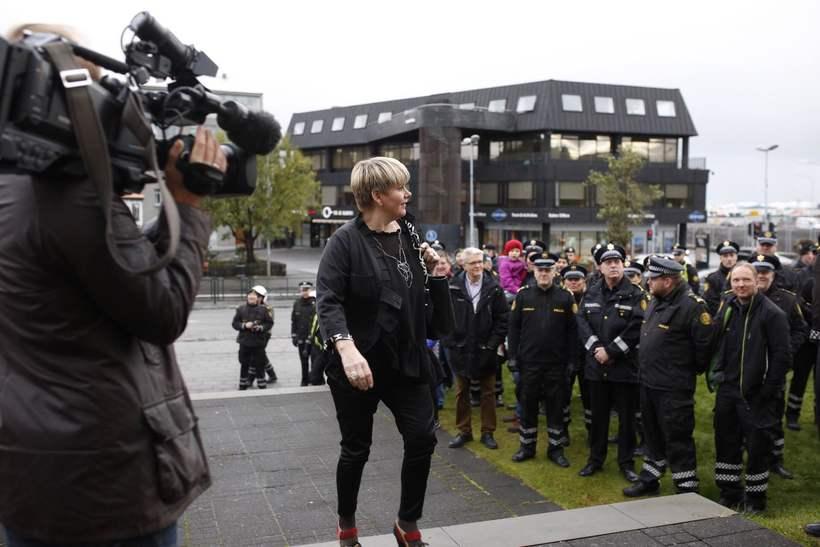Ragnheiður Elín Árnadóttir á leið á ríkisstjórnarfund.