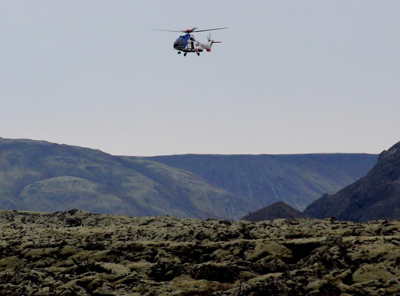 Þyrla Landhelgisgæslunnar var notuð í aðgerðunum. Hún sveimaði yfir sumarhúsinu. ...