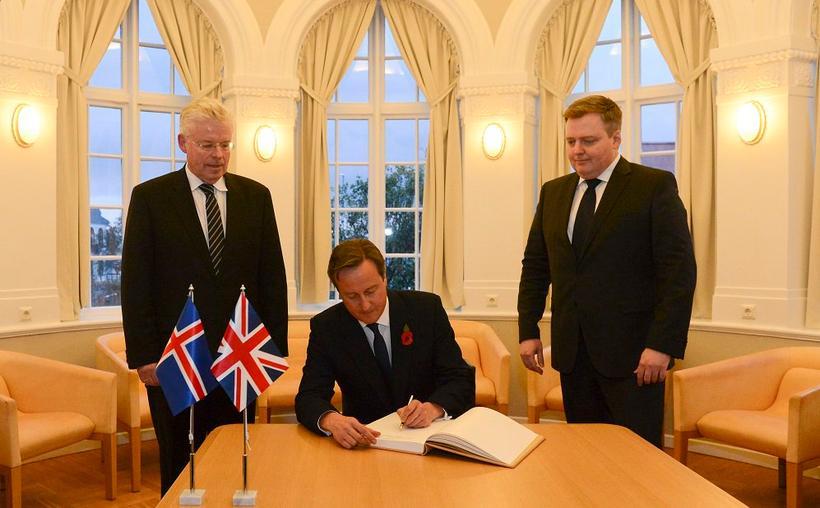 David Cameron, forsætisráðherra Bretlands, ritar nafn sitt í gestabók Alþingis. ...