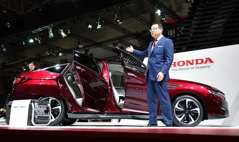 Takahiro Hachigo forstjóri Honda kynnir vetnisbílinn Clarity á bílasýningunni í ...