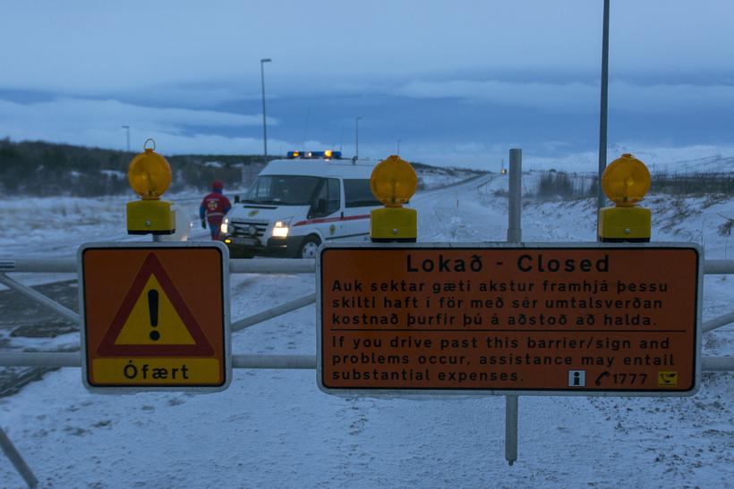 Hellisheiði er lokuð vegna ófærðar.