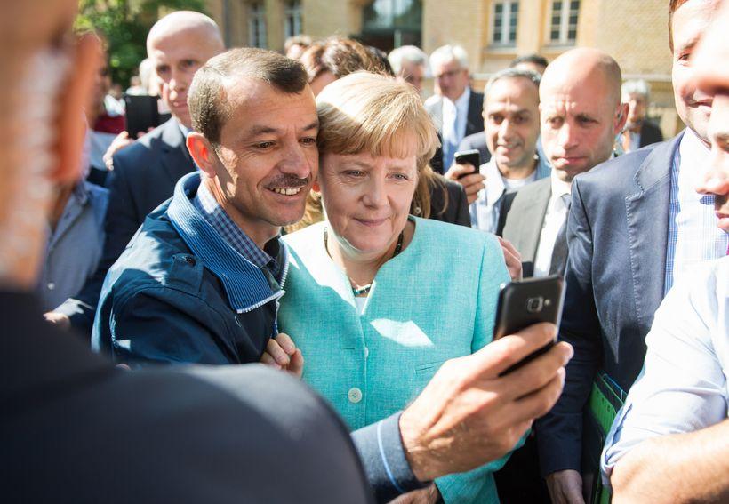 Hælisleitendi tekur sjálfu með Angelu Merkel í hemsókn hennar á ...