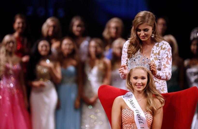 Arna Ýr Jónsdóttir being crowned Miss Iceland 2015.