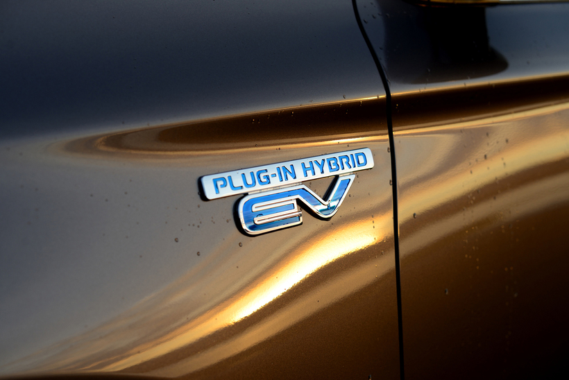 PHEV stendur fyrir Plugin Hybrid Electric Vehicle, eða tengiltvinnbíl.