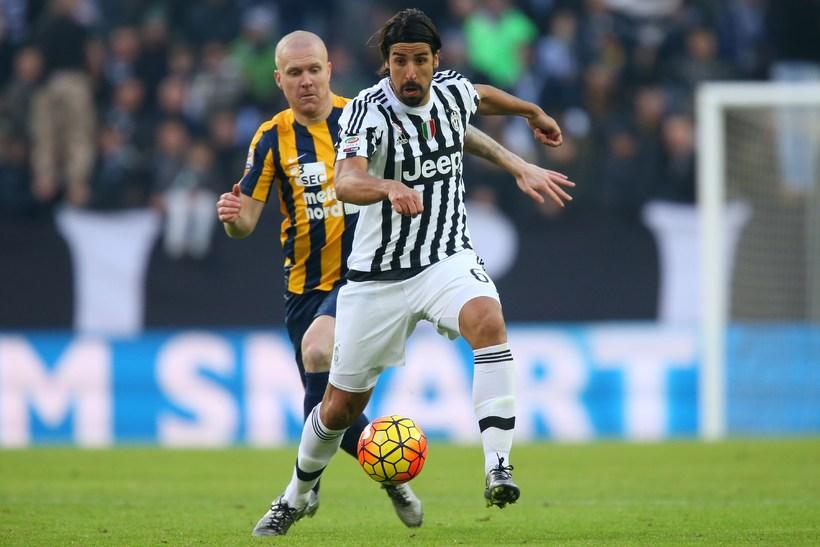 Emil í baráttu við Sami Khedira, miðjumann Juventus, í leiknum ...