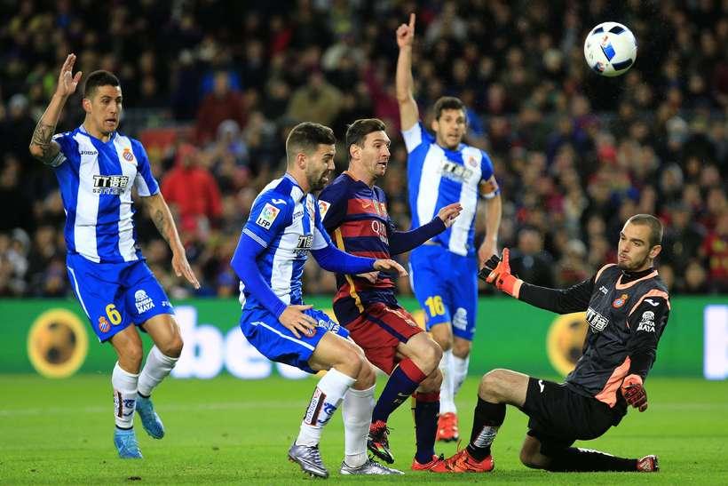 Lionel Messi freistar þess að skora framhjá Pau López sem ...