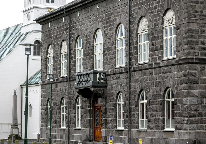 Helgi ítrekar að þegar starfsmenn hefji störf á Alþingi sé ...