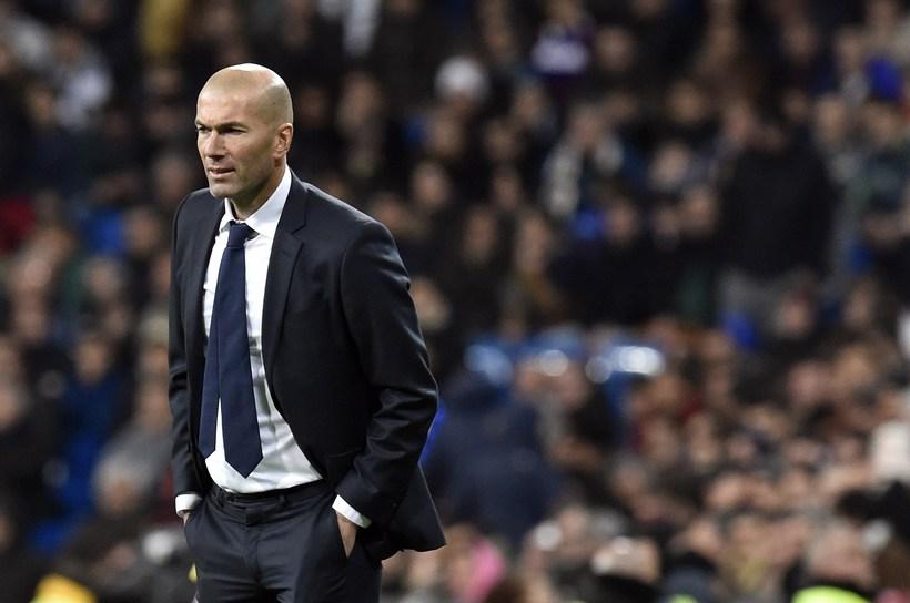 Zinedine Zidane á hliðarlínunni í sínum fyrsta leik sem stjóri ...