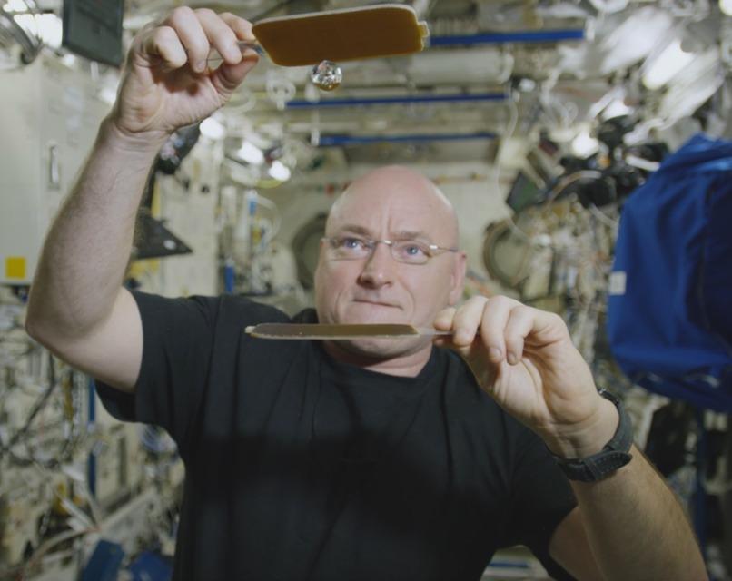 Bandaríski geimfarinn Scott Kelly leikur listir sínar með vatnskúlu í ...
