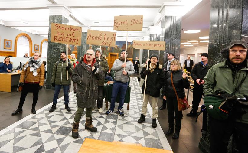 Protestors at Landsbankinn today.